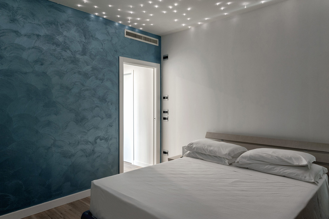 Impianto domotico touch nella camera di hotel