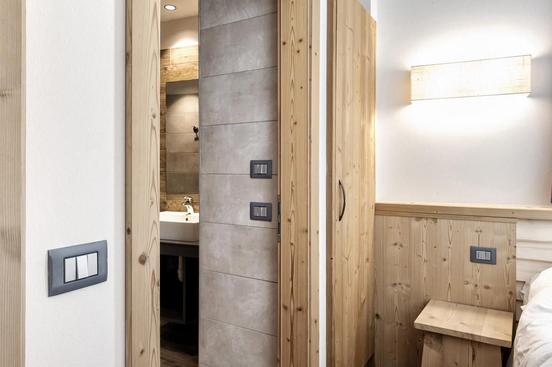 Impianto elettrico AVE per camera di hotel con placche Young 44