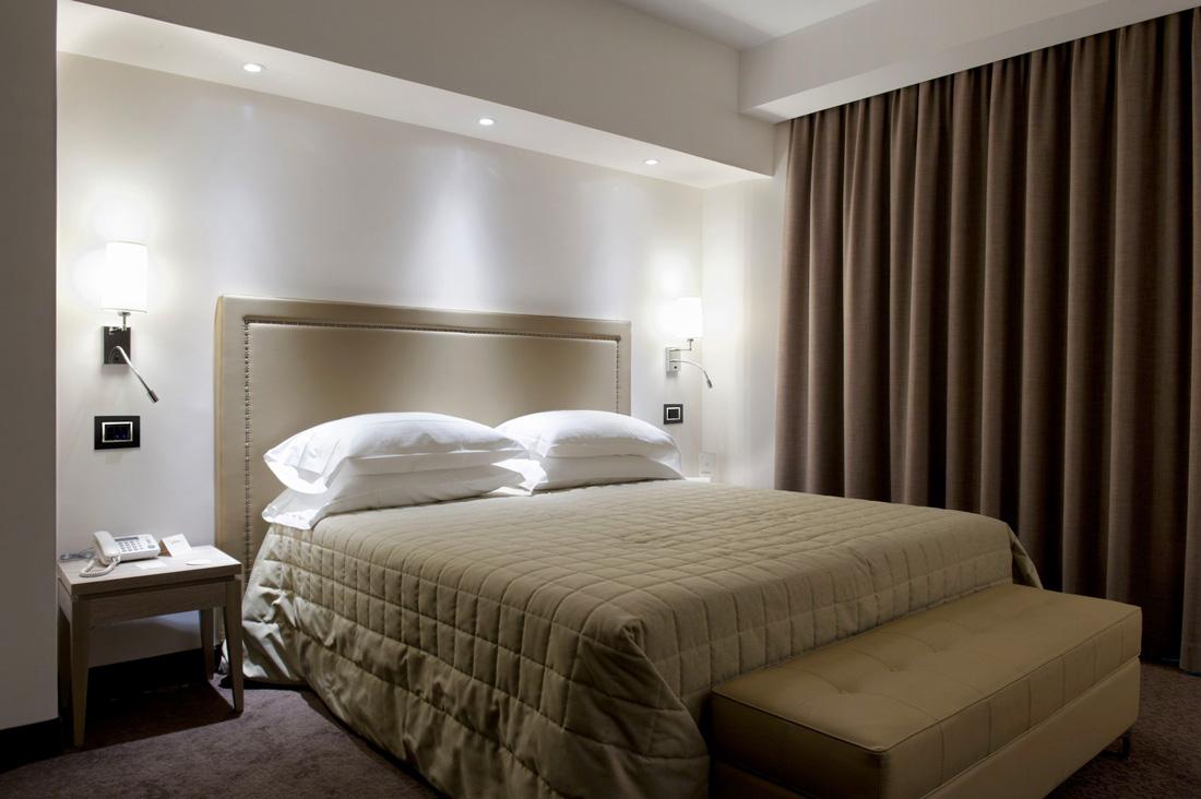 Interruttori AVE nero Life 44 per hotel con placca in vetro