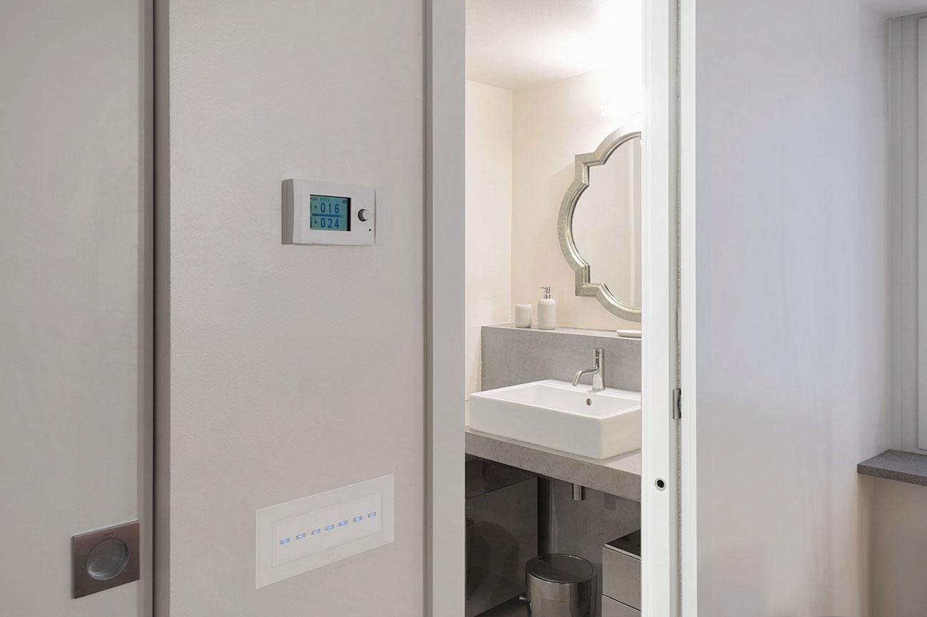 Interruttori touch AVE con placca in vetro di design bianco