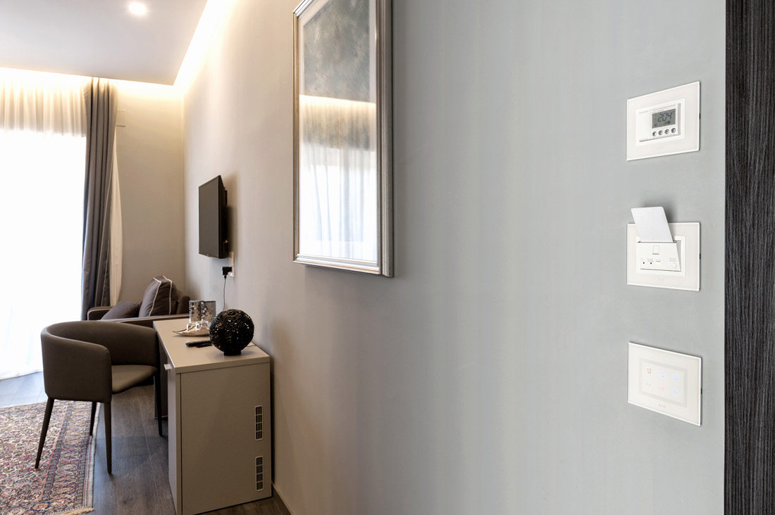 Lettore card per hotel AVE con placca bianca coordinata al resto dell'impianto elettrico