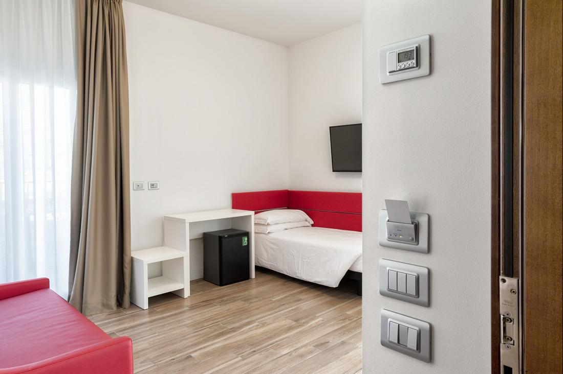 Lettore di card per hotel, termostato e interruttori AVE Allumia 44