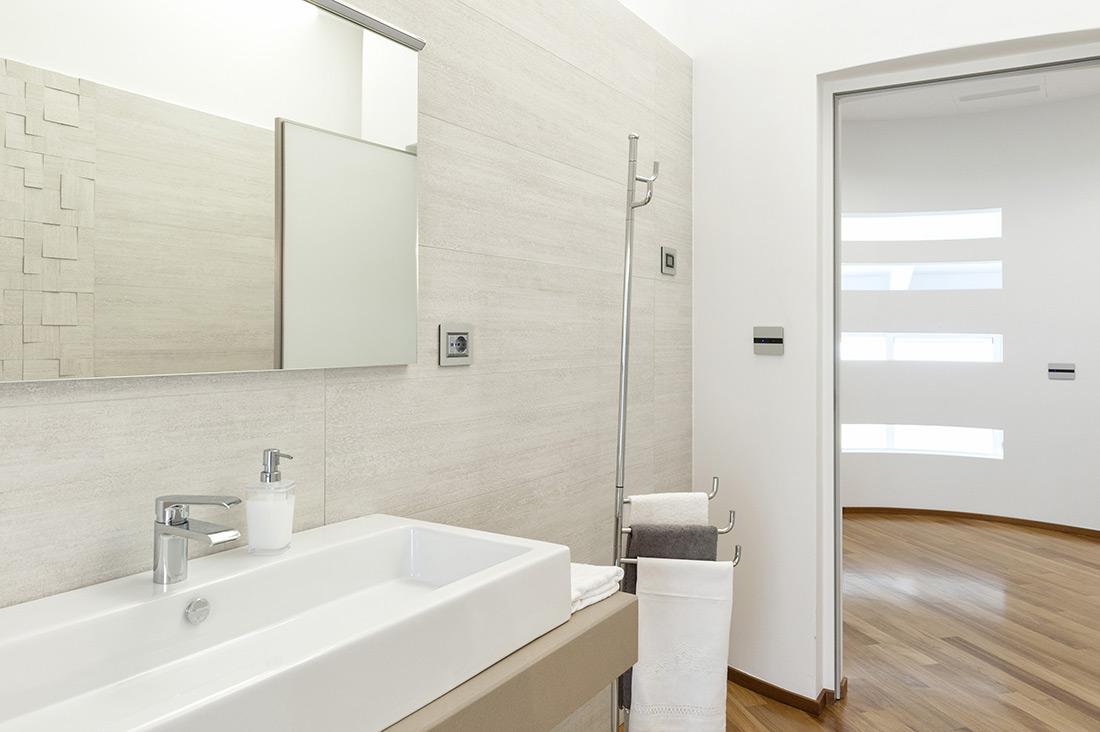 Presa elettrica per bagno con placca in alluminio