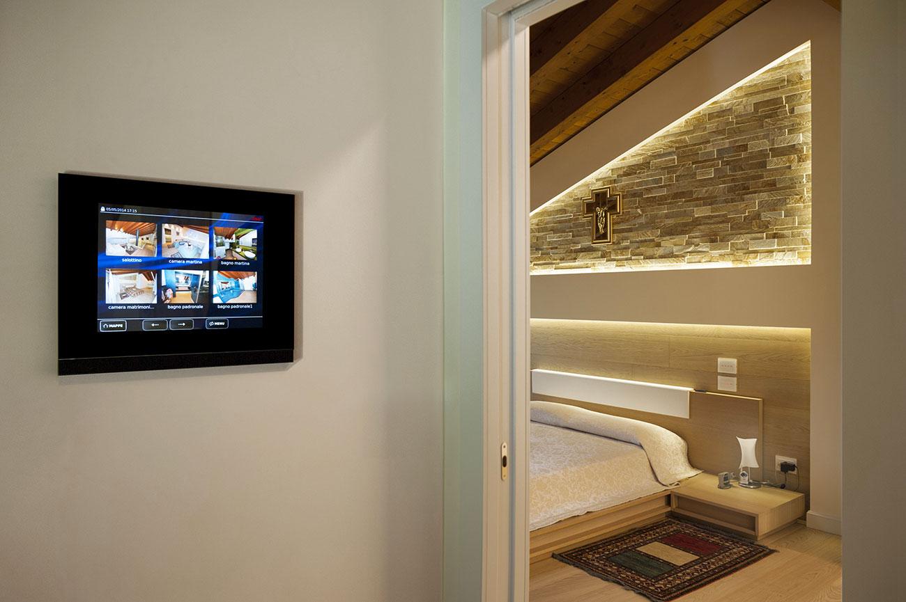 Supervisore domotico touch screen AVE con placca in vetro