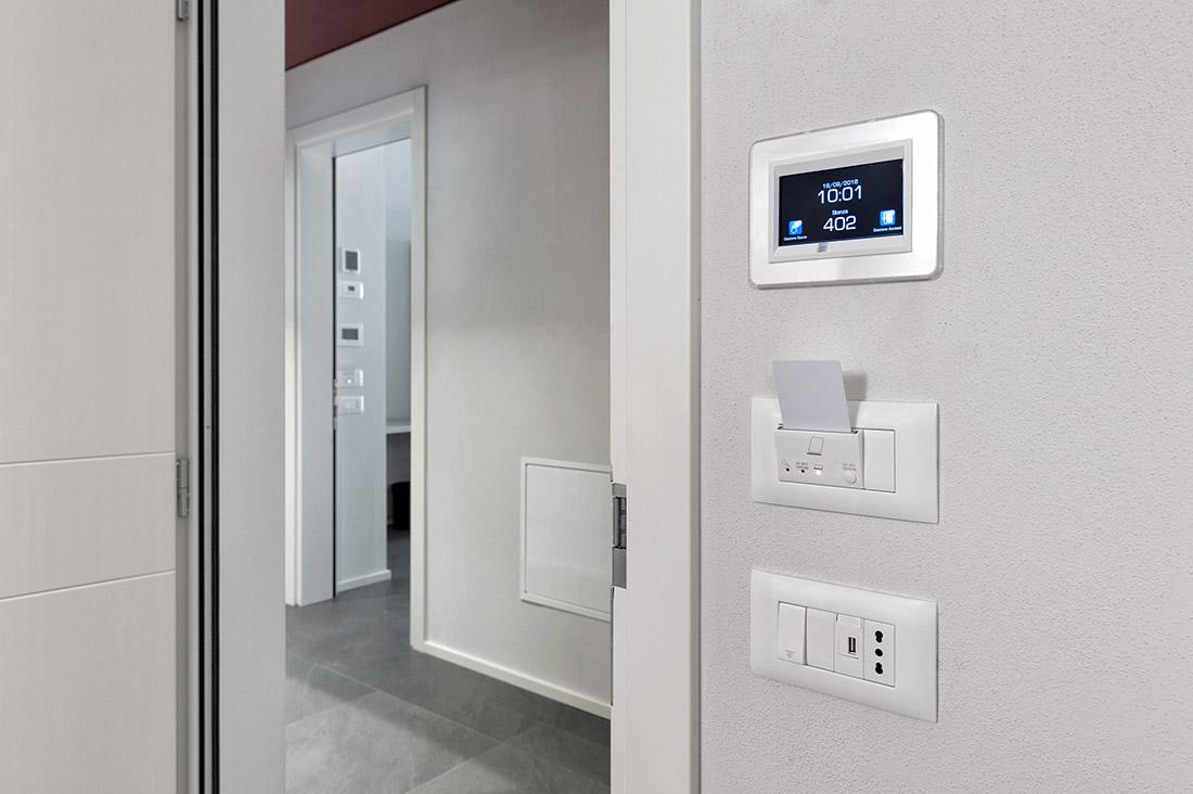 Supervisore domotico touch screen per camera d'albergo