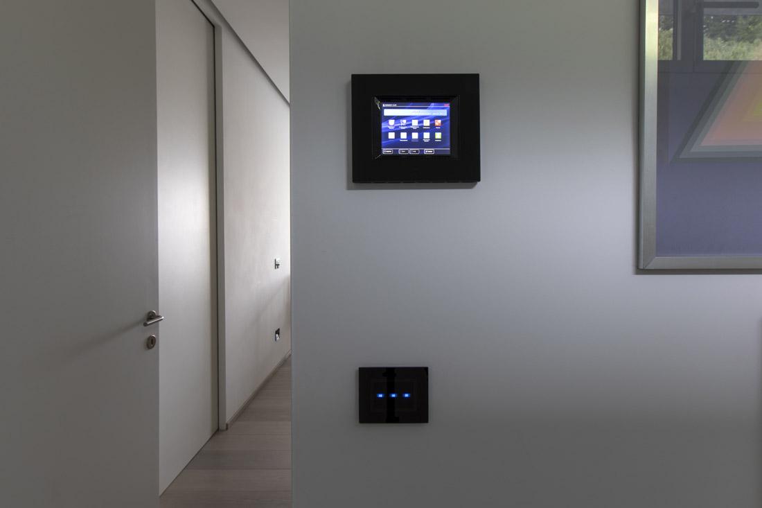 Supervisore domotico touch screen con placca in vetro nero