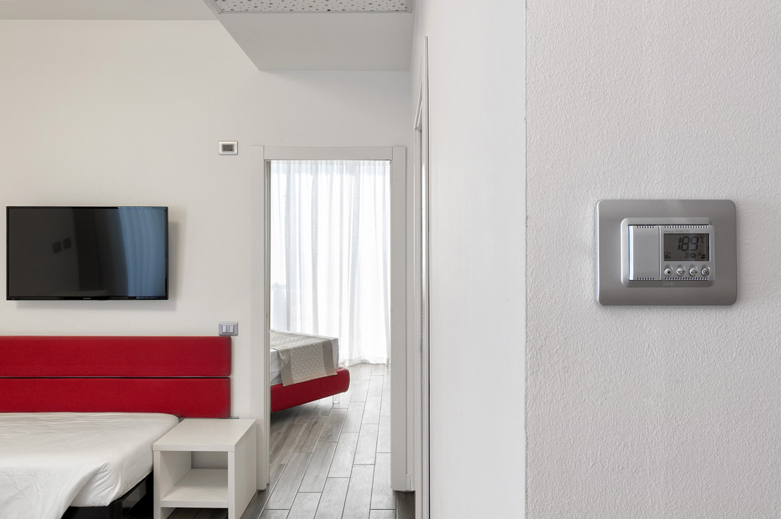 Termostato per hotel AVE nella camera di albergo