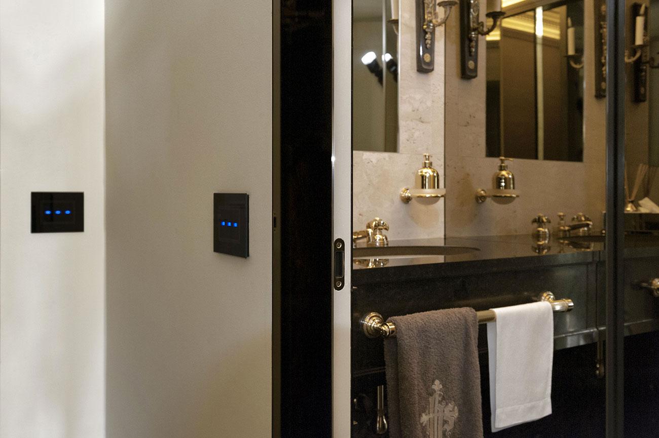 Interruttori AVE Vera Touch con design in vetro nero