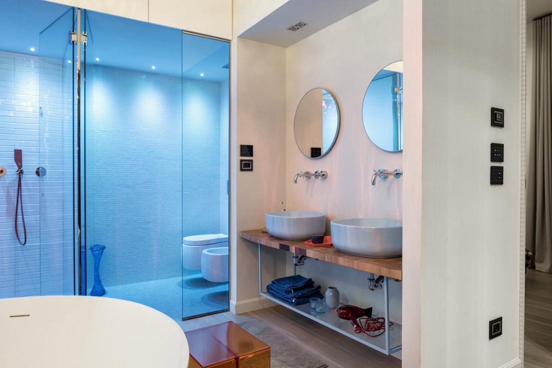 Comandi touch per bagno con design in vetro nero
