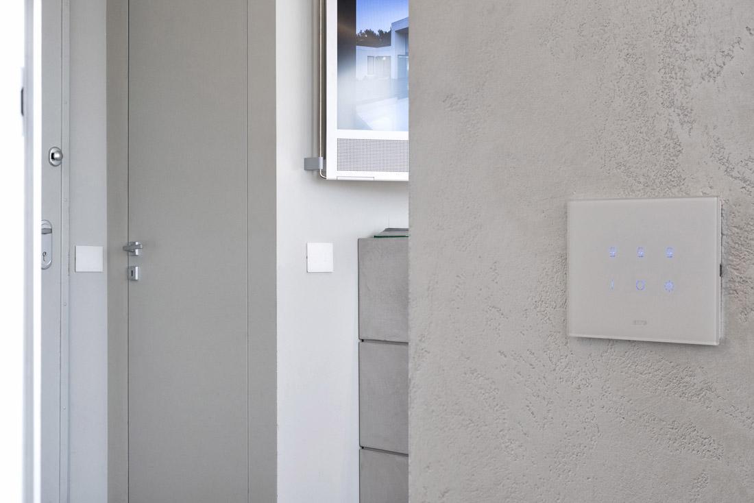 Interruttore touch con placca in vetro bianco