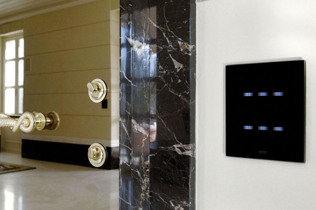 Switches AVE Multi-Touch with black glass front plate
